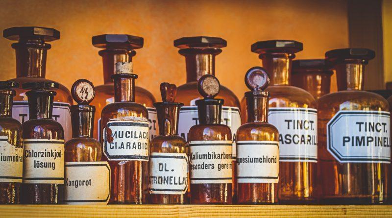Hubungan Profesional antara apoteker dan Tenaga Teknis Kefarmasian dalam pelaksanaan praktek kefarmasian di sarana pelayanan kefarmasian